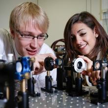 Studierende experimentieren mit Spiegeln und Lichtimpulsen.