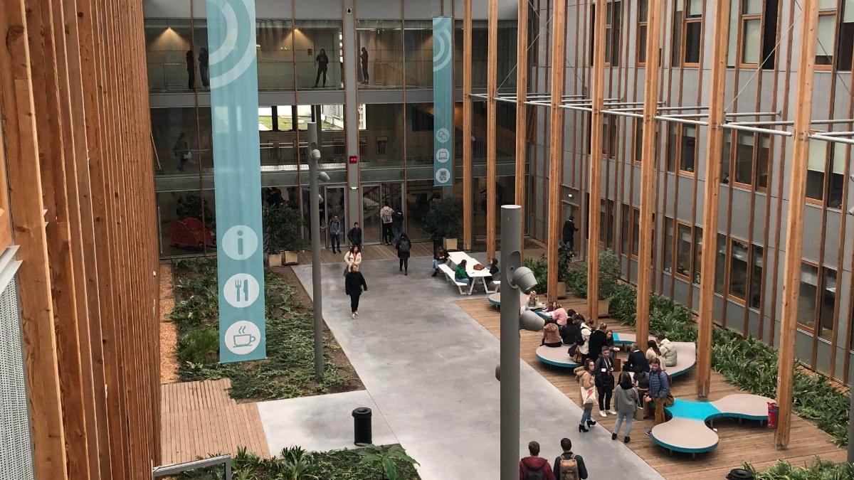 Das Atrium im neuen Gebäude von Sciences Po Bordeaux Elisa Deiss-Helbig