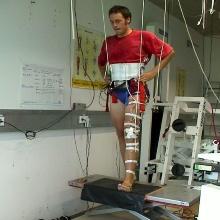 Ein Student im Labor bei einem Sportversuch