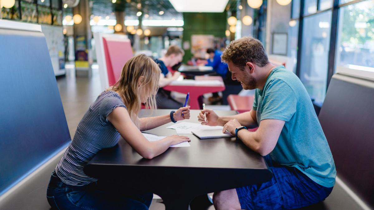 Gemeinsam zum Erfolg In Lerngruppen Wissen gemeinsam erarbeiten. Foto: Ludmilla Parsyak