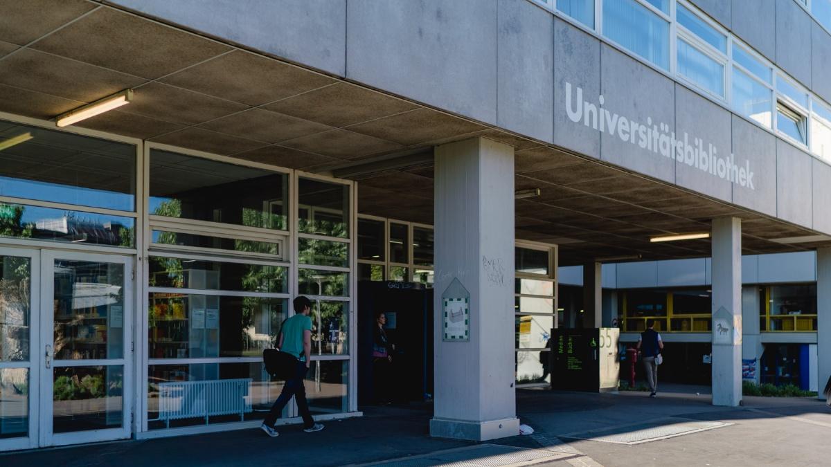 Die Universitätsbibliothek 1.64 Mio. Bücher, 81.000 E-Books und über 29.000 Zeitschriften (Stand 2018) laden zum Stöbern, Lernen & Arbeiten sowie Forschen ein. Foto: Ludmilla Parsyak
