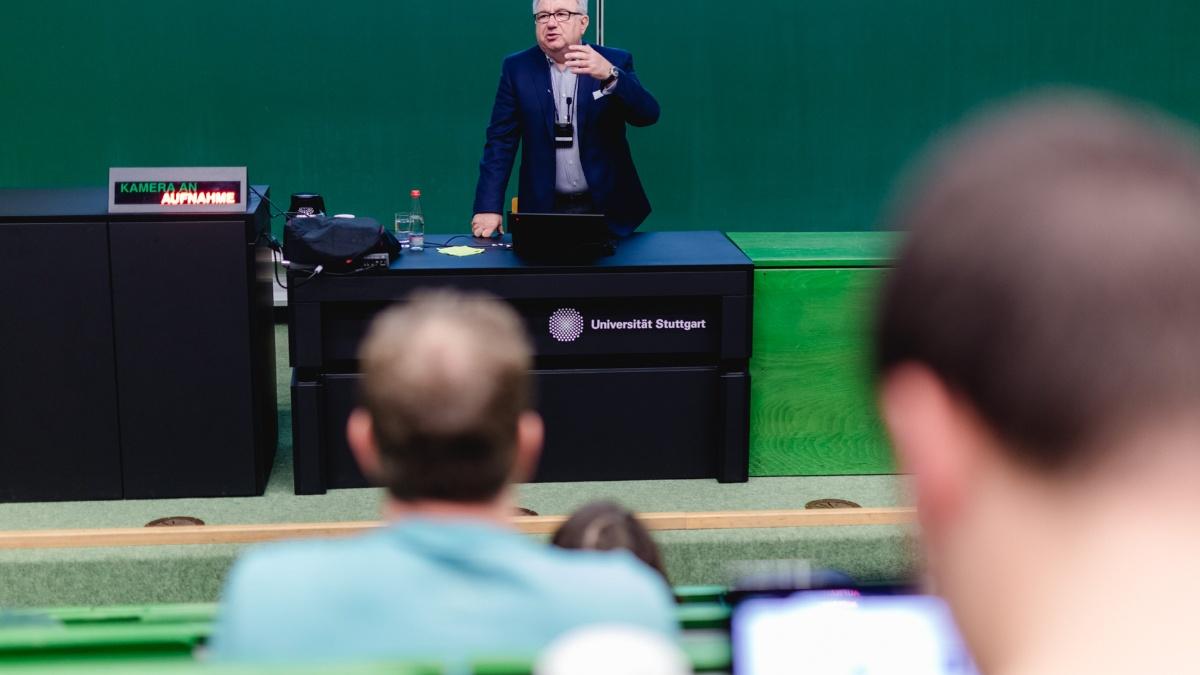 Interessante Vorlesungen Prof. Spath vom Institut für Arbeitswissenschaft und Technologiemanagement (IAT) hält eine Vorlesung. Foto: Ludmilla Parsyak