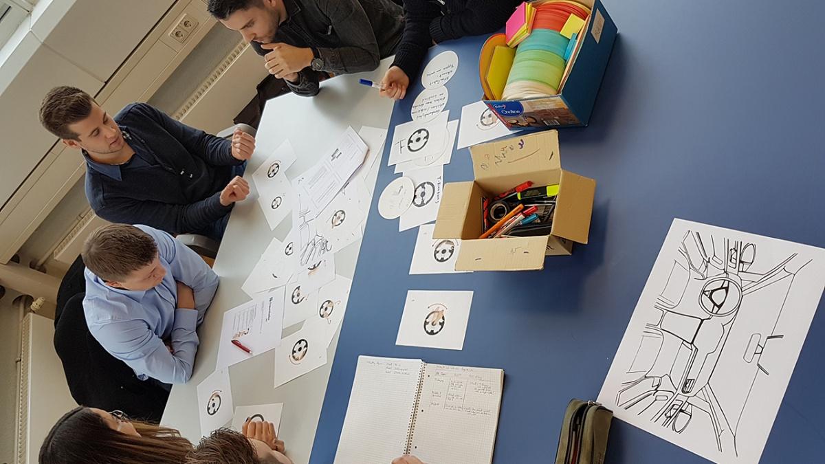Praxisnähe in modernen Fallstudien Im Rahmen von mehrstündigen Versuchen (SF-/ APMB-Versuche) finden die theoretischen Vorlesungsinhalte in Fallstudien ihre praktische Anwendung. Foto: Ludmilla Parsyak