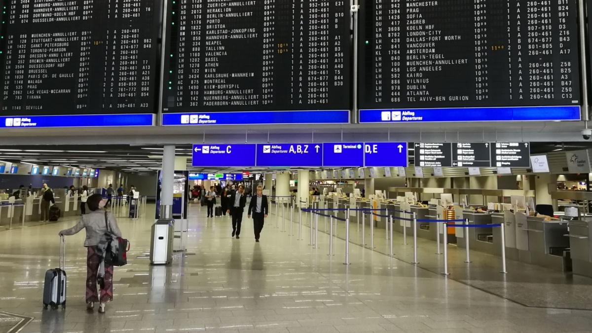 Anzeigetafel am Flughafen Frankfurt  IEV