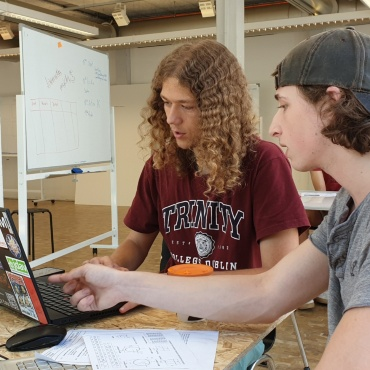 Young people exchange ideas in Freiraum, a start-up space at the University of Stuttgart