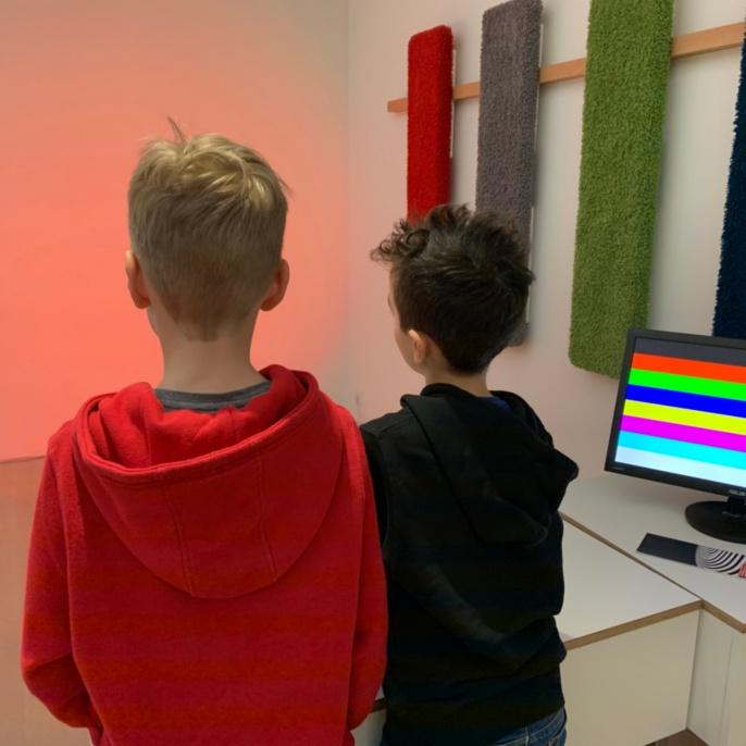Zwei Schüler am Lichtmischer