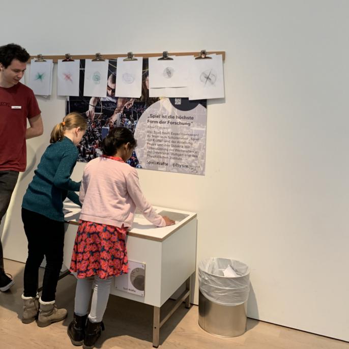 Johannes Schust zeigt Schülerinnen Moiré-Muster