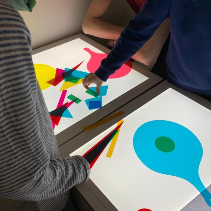 Schüler experimentieren mit Druckerfarben