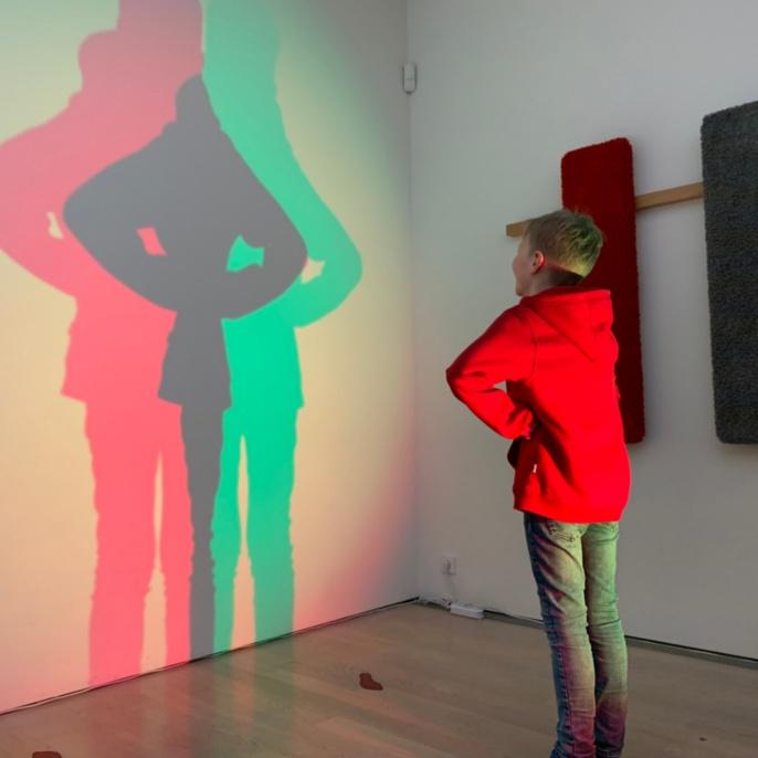 Viertklässler formt Schattenfiguren mit dem Lichtmischer