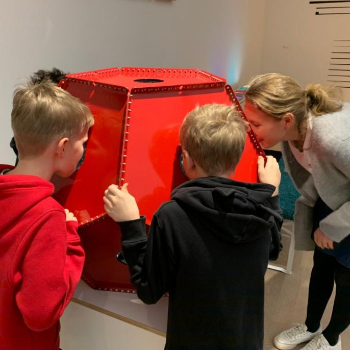Kinder experimentieren im Mitmach-Labor