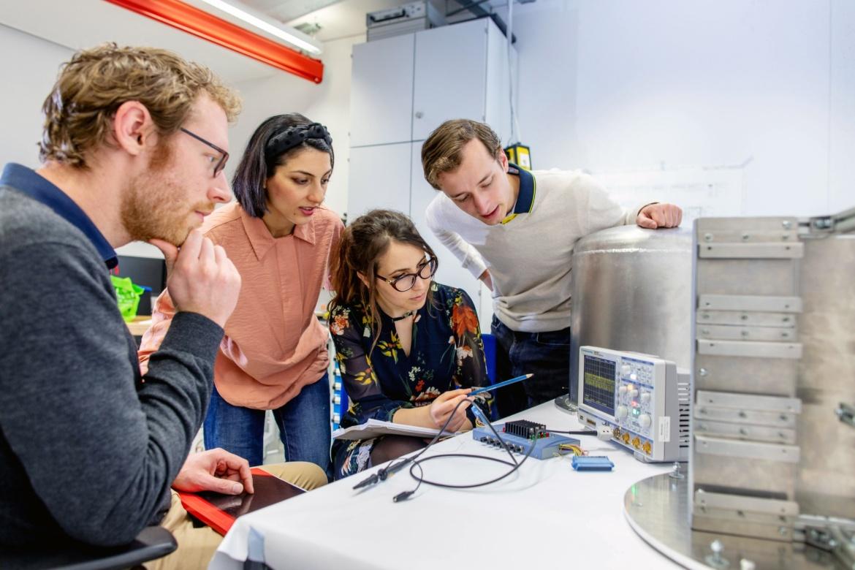 Das Team im regen Austausch im Labor