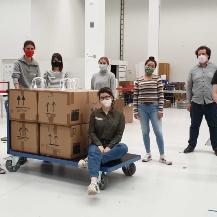 Studierende bauen seit mehr als drei Monaten Gesichtsvisiere in der ARENA2036 zusammen. 1.000 davon haben sie nun nach Chile verschickt. Mitte Juni haben sie das 10.000 Visier produziert.