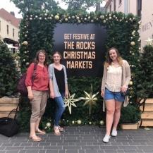 Gabriele Straub (li) mit ihrer Tochter und Kelsey Dowell (re) in Sydney. Kelsey hat während der Winter University 2017 bei Straub gewohnt. Gabriele Straub
