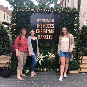 Gabriele Straub (li) mit ihrer Tochter und Kelsey Dowell (re) in Sydney. Kelsey hat während der Winter University 2017 bei Straub gewohnt.
