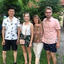 Die Gastgeberin mit ihrer Tochter und zwei Gaststudenten.