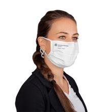 Frau mit weißer Mund-Nasen-Maske