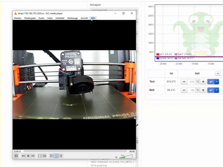 Ein 3D-Drucker druckt einen Schlüsselanhänger.