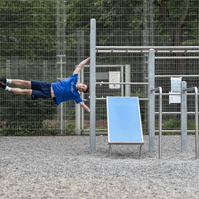 Der neue Outdoor-Fitnessplatz wird von Studierenden und Mitarbeitenden der Universität sehr gut angenommen.
