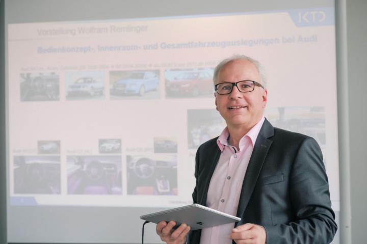 Prof. Remlinger bei einem Vortrag über Bedienkonzepte und Fahrzeuginnenauslegung bei der Audi AG.