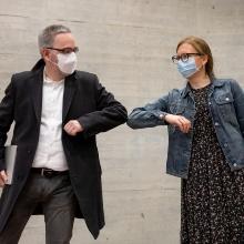 Team aus Studierenden, Doktoranden und Professorinnen mit Maske