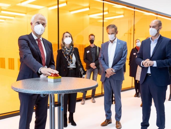 3 ZAQuant Eröffnung 8.10.2021 - Prof. Wrachtrup drückt roten Knopf
