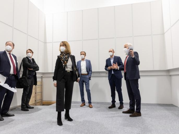 ZAQuant Eröffnung 8.10.2021 - Prof. Wrachtrup führt durch die Labore