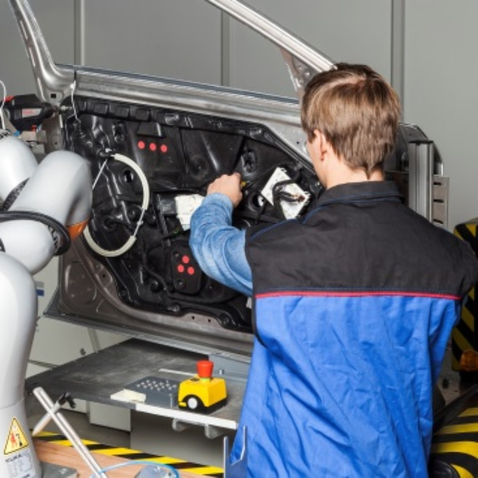 Mensch-Roboter-Kollaboration in der Automobilendmontage.