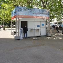 Das Bürgertestzentrum befindet sich in einem großen weißen Zelt.