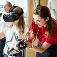 Ein Kind testet eine VR-Brille auf dem Tag der Wissenschaft.