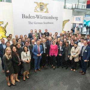 """Bei dem Besuch der Wirtschaftsministerin des Landes Baden-Württemberg, Dr. Nicole Hoffmeister-Kraut, entstand das inzwischen schon traditionelle """"Familienbild"""" am Gemeinschaftsstand des Landes."""