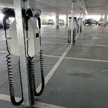 Parkhaus mit Ladestationen für Elektroautos.
