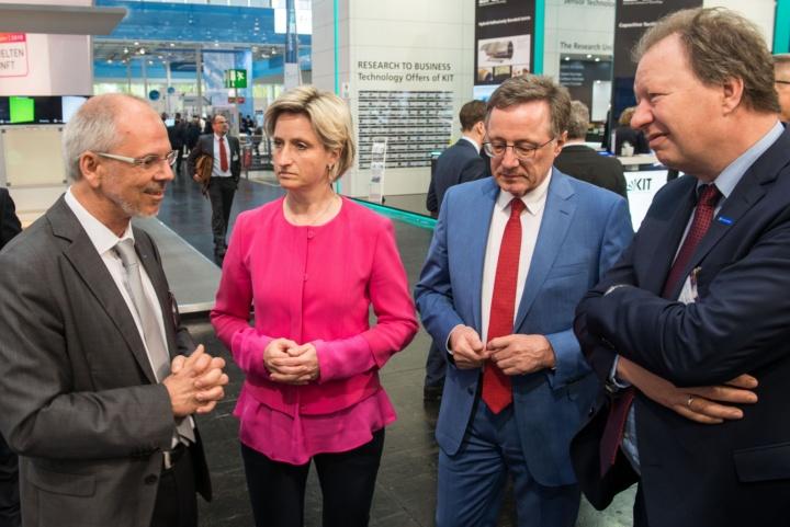 Dr. Nicole Hoffmeister-Kraut, Ministerin für Wirtschaft in Baden-Württemberg, im Gespräch mit Prof. Frank Allgöwer und Prof. Wolfram Ressel, Rektor der Universität Stuttgart.