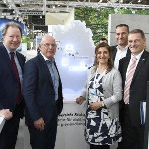 Winfried Hermann, Minister für Verkehr in Baden-Württemberg, am Stand von e-mobil BW mit Prof. Nejila Parspour und Prof. Wolfram Ressel, Rektor der Universität Stuttgart.