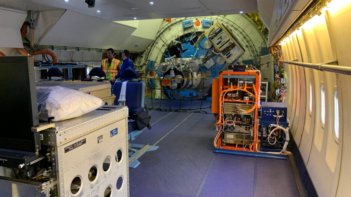 Im Innenraum der Sternwarte gibt es nur wenige Sitze und viele Computer.