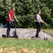 A man and a woman are driving on E-scooters on the Campus Vaihingen.