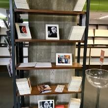Ein Bücherregal in der Bibliothek