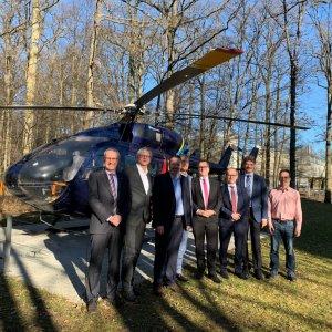 Prof. Walter Fichter (3.v.l.) und Prof. Peter Middendorf (4.v.l.) mit Vertretern der Universität und Airbus Helicopters bei der Übergabe des Helikopters.