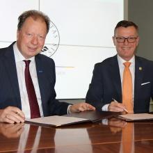 Prof. Wolfram Ressel and Prof. Dag Rune Olsen, the rectors of the universities of Stuttgart and Bergen respectively, signed a memorandum of understanding. Rector Prof. Wolfram Ressel and rector Prof. Dag Rune Olsen signed a memorandum of understanding.