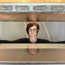 Dr.-Ing. Larissa Born beim Einlegen der Spiegelbleche (Werkzeug zur Prüfkörperherstellung) in die Heißpresse