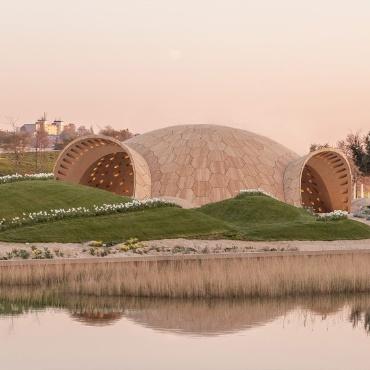 Der rundliche Holzpavillon auf dem BUGA-Gelände.