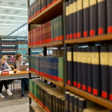 Bücher und Publikationen in einem Regal in der Unibibliothek Stuttgart