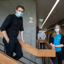 Marius Lichtl and other students are standing on a staircase in a university building.