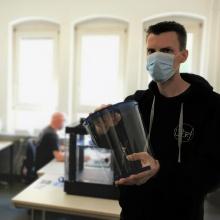 Folien und Schutzvisiere bereitgestellt und produziert vom Institut für Kunststofftechnik Folien und Schutzvisiere beretigestellt und produziert vom Institut für Kunststofftechnik