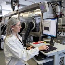 Eine Chemiestudentin in einem Labor des Instituts für Polymerchemie der Universität Stuttgart.