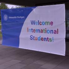 Ein Banner ist vor einem Gebäude befestigt mit der Aufschrift