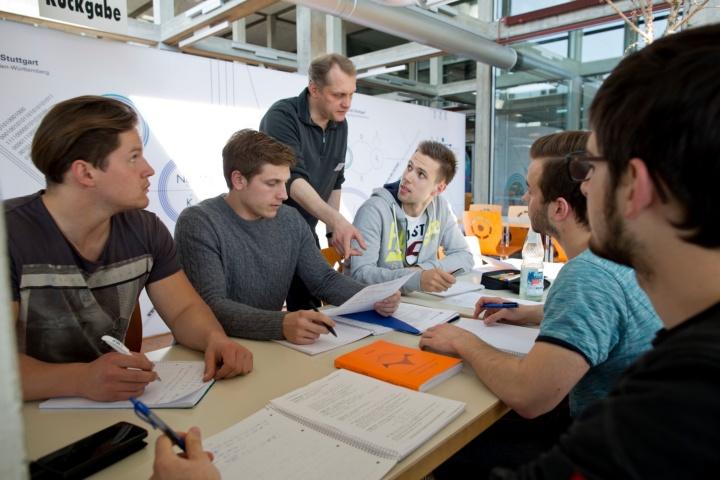 Im offenen Lernraum können Fragen gestellt werden.  (c) Uni Stuttgart