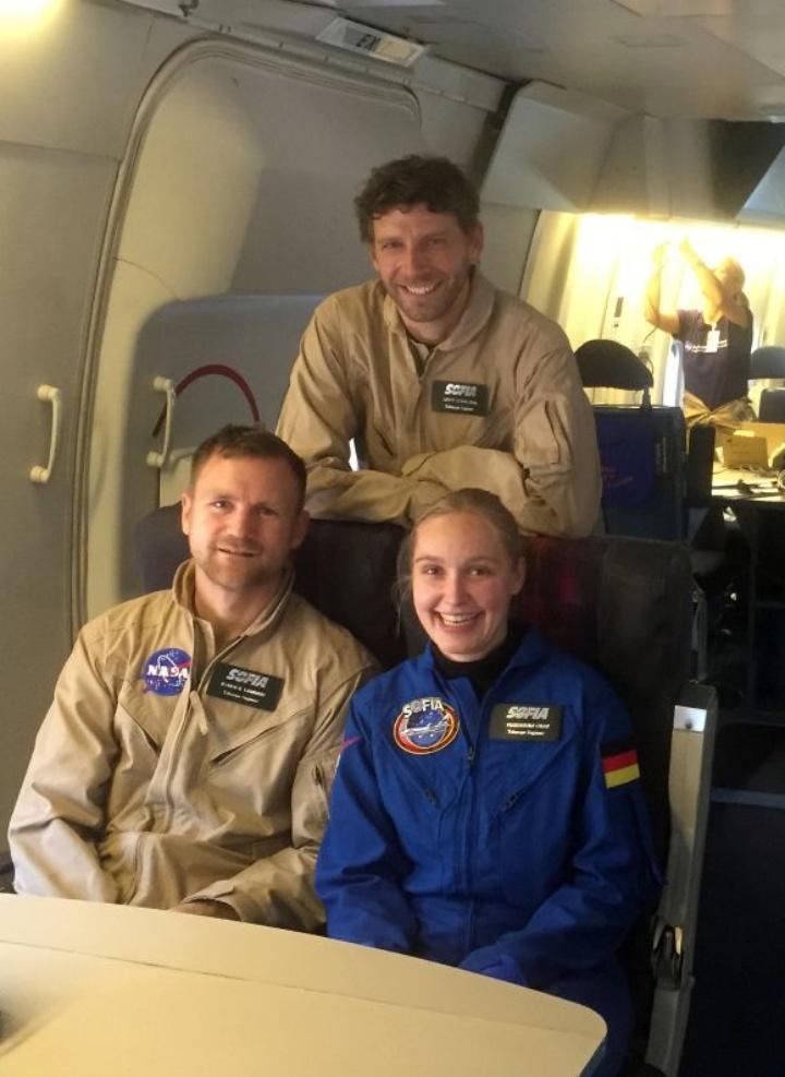 Friederike Graf und ihre Teamkollegen Yannick Lammen (links) und Dr. Andreas Reinacher (hinten) an Bord von SOFIA. (c) Privat