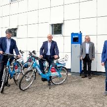 Prof. Wolfram Ressel, Winfried Hermann, Peter Pätzold und Philipp Buchholz an der Radstation Regenscheit