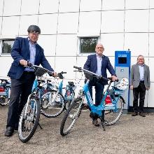 Prof. Wolfram Ressel, Winfried Hermann und Peter Pätzold an der Radstation