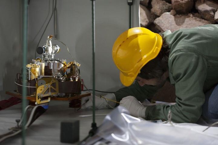 Das SEIS Instrumentenpaket während der Installation im Teststollen des BFO, 110m unter der Erdoberfläche.  (c) Björn Oldsen